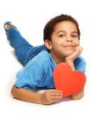 Cinco anos bonitos do menino idoso com coração Fotos de Stock
