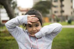 Cinco anos de menina longa idosa do cabelo que levanta fora imagens de stock royalty free