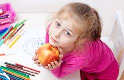 Cinco anos de menina loura caucasiano idosa da criança com maçã Imagens de Stock Royalty Free
