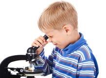 Cinco anos de menino idoso com microscópio Imagem de Stock Royalty Free