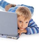 Cinco anos de menino idoso com portátil fotografia de stock royalty free