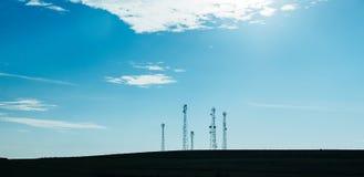 Cinco antenas de TV del palo de la telecomunicación Foto de archivo libre de regalías