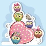 Cinco búhos se están sentando en un corazón libre illustration