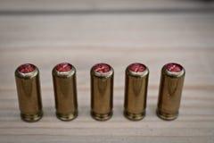 Cinco balas del gas en la tabla de madera Fotos de archivo