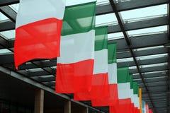 Cinco bandeiras italianas acenam acima foto de stock