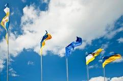 Cinco banderas unidas en el cielo Foto de archivo