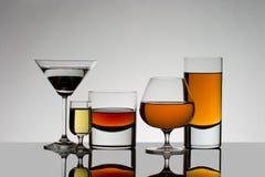 Cinco bebidas detrás encendidas con reflexiones Foto de archivo