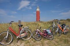 Cinco bicicletas da família de encontro a uma baliza vermelha Imagens de Stock