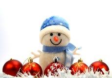 Cinco bolas de la Navidad, una guirnalda blanca Foto de archivo