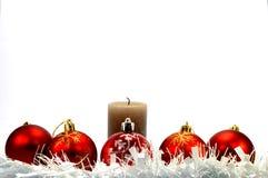 Cinco bolas rojas de la Navidad, una guirnalda blanca Fotografía de archivo