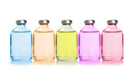 Cinco botellas coloreadas con aceites esenciales Fotos de archivo