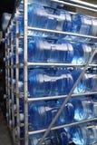 Cinco botellas de agua grandes del galón fotos de archivo