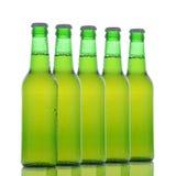 Cinco botellas de cerveza verdes Foto de archivo libre de regalías