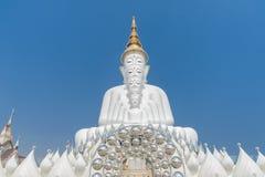 Cinco branco grande buddha em Wat Pha Sorn Kaew Foto de Stock