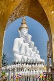 Cinco branco grande buddha em Wat Pha Sorn Kaew Imagens de Stock Royalty Free