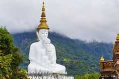 cinco buddha na montanha, templo do phasornkaew de Wat, KH Foto de Stock