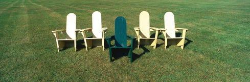 Cinco cadeiras de gramado de madeira Foto de Stock