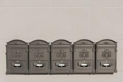 Cinco caixas postais do metal na construção italiana velha Fotografia de Stock