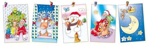 Cinco cartões de Natal que penduram com pregadores de roupa alces, Papai Noel, trenó e lua Fotografia de Stock Royalty Free