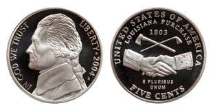 Cinco centavos americanos aislados en el fondo blanco imagen de archivo libre de regalías