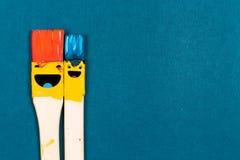 Cinco cepillos de la sonrisa en el papel azul fotografía de archivo libre de regalías