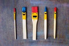 Cinco cepillos de la sonrisa en la tabla foto de archivo libre de regalías