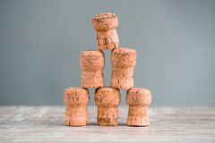 Cinco Champagne Corks Stapled como um Triangel fotos de stock royalty free