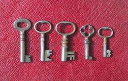 Cinco chaves antigas muito pequenas da tubulação fotografia de stock