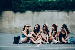 Cinco chicas jóvenes hermosas que se relajan Imágenes de archivo libres de regalías