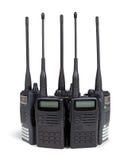 Cinco conjuntos de radio portables. Aislado en blanco. Foto de archivo