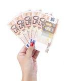 Cinco contas por 50 euro na mão da mulher. Imagens de Stock