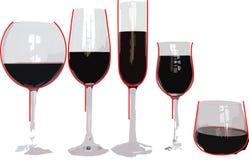 Cinco copas de vino con la cantidad igual de vino Imagen de archivo