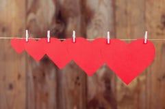 Cinco corações de papel que penduram a ascensão Foto de Stock