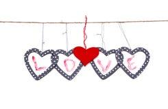 Cinco corazones con el amor de la palabra colgaron para arriba en la cadena Fotos de archivo libres de regalías