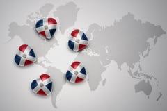 cinco corazones con la bandera nacional de la República Dominicana en un fondo del mapa del mundo ilustración del vector