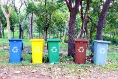 Cinco cores recicl o escaninho Imagens de Stock