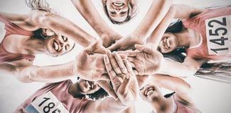 Cinco corredores sonrientes que apoyan maratón del cáncer de pecho Imagenes de archivo