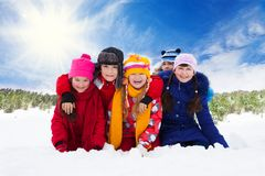 Cinco crianças de riso felizes, inverno Imagem de Stock Royalty Free