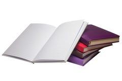 Cinco cuadernos de los cuadernos con diversas cubiertas están situados en un fondo blanco imágenes de archivo libres de regalías