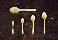 Cinco cucharas en la tabla Fotos de archivo