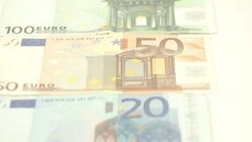 Cinco cuentas euro que son alineadas en la tabla almacen de metraje de vídeo