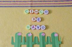 Cinco de Mayo hizo de letras coloridas y del cactus del Libro Verde imágenes de archivo libres de regalías