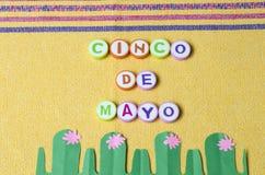Cinco de Mayo hizo de letras coloridas y del cactus del Libro Verde foto de archivo