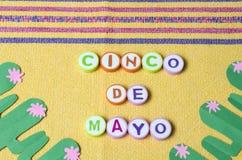 Cinco de Mayo hizo de letras coloridas y del cactus del Libro Verde imagen de archivo