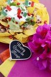 Cinco de Mayo-Parteitabelle mit Nachoslebensmittelservierplatte Lizenzfreies Stockfoto