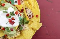 Cinco de Mayo partitabell med nachosmatuppläggningsfatet Arkivbilder