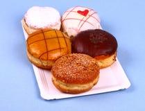 Cinco deliciosos, anillos de espuma clasificados en la placa Fotos de archivo libres de regalías