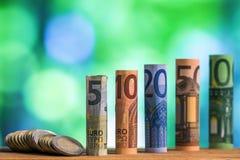 Cinco, diez, veinte, cincuenta y cientos euros rodaron el bankn de las cuentas Imágenes de archivo libres de regalías