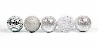 Cinco diversas bolas de plata del Año Nuevo Foto de archivo libre de regalías