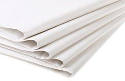 Cinco dobraram jornais vazios imagens de stock royalty free